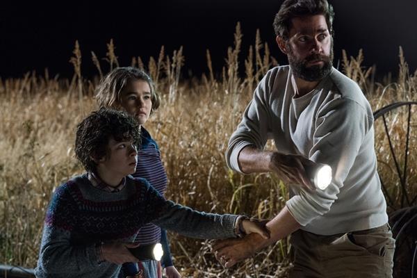 Noah Jupe, Millicent Simmonds e John Krasinski in una immagine del film A Quiet Place