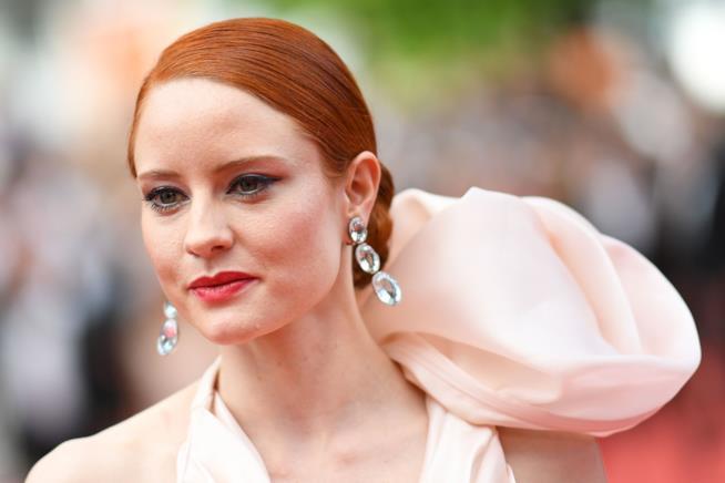 Donna con chignon e capelli rossi