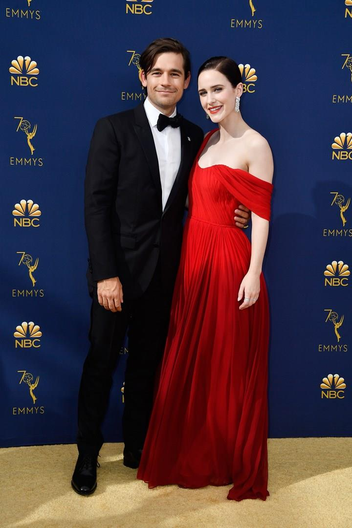 Rachel Brosnahan ed il compagno Jason Ralph sul red carpet degli Emmy