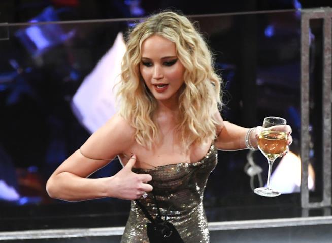 Jennifer Lawrence con un bicchiere di vino in mano