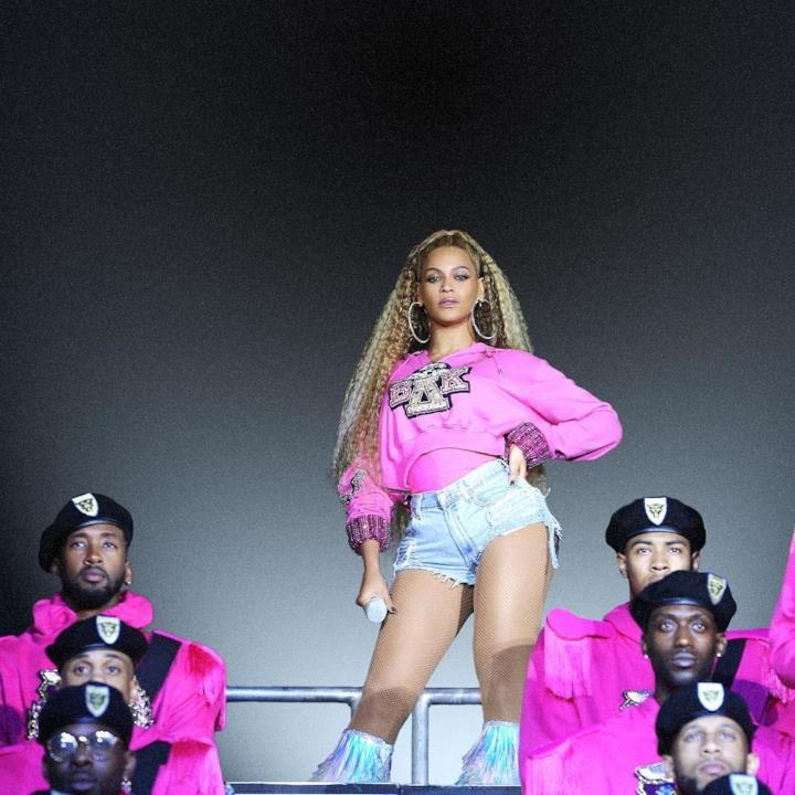 Beyoncé sceglie una felpa rosa