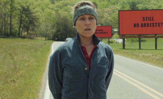 Tre manifesti a Ebbing, Missouri: Frances McDormand al fianco dei suoi manifesti.