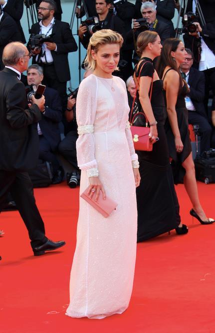 Una foto dell'outfit completo in total white scelto da Jasmine Trinca per l'apertura di Venezia 74.