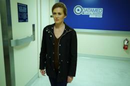 Alice all'interno della clinica in cerca di informazioni per il suo caso