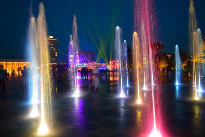 Fontane colorate nel centro Tirana.