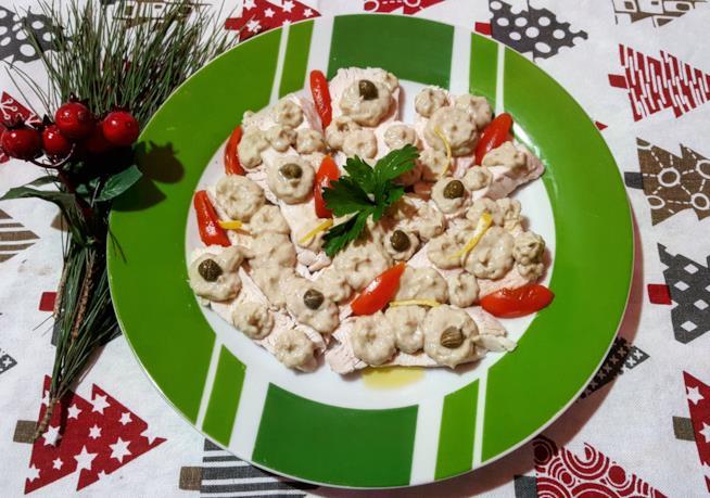 Piatto di carne e salsa bianca