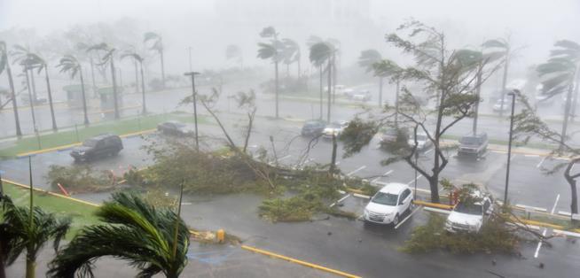 Un parcheggio devastato dall'uragano a Puerto Rico
