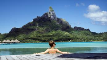 Donna in vacanza in resort a Bora Bora