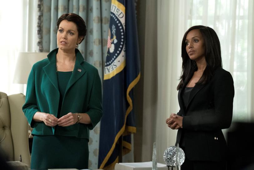 Mellie Grant e Olivia Pope in una scena di Scandal 7