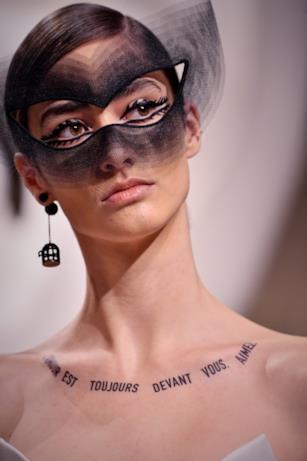 Maschera nera velata nella sfilata Dior.