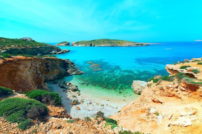 Spiaggia dell'isola di Comino a Malta per vacanze con i bambini