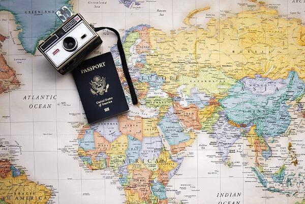 Un passaporto, una fotocamera e una mappa