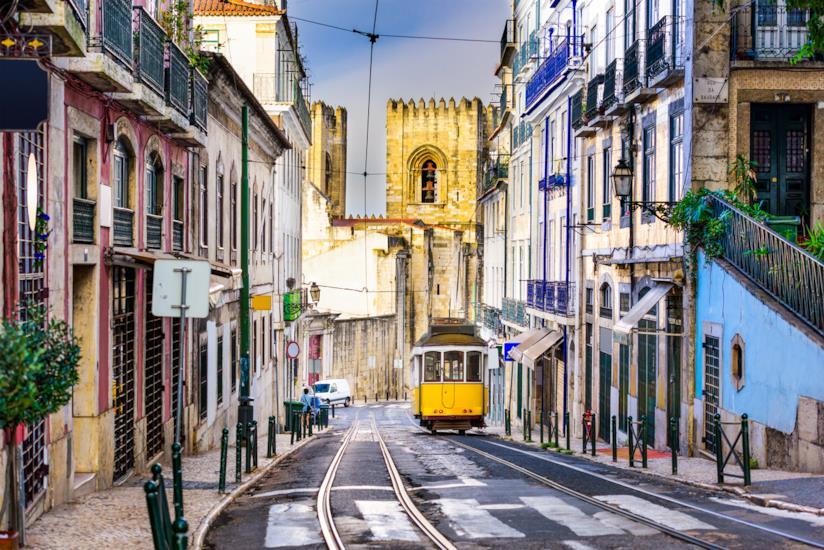 Caratteristico tram di Lisbona in centro città