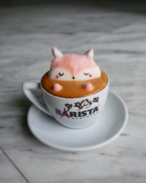 Una volpe galleggia nel caffè