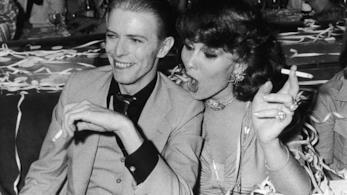 Uno scatto di David Bowie a Parigi nel 1977
