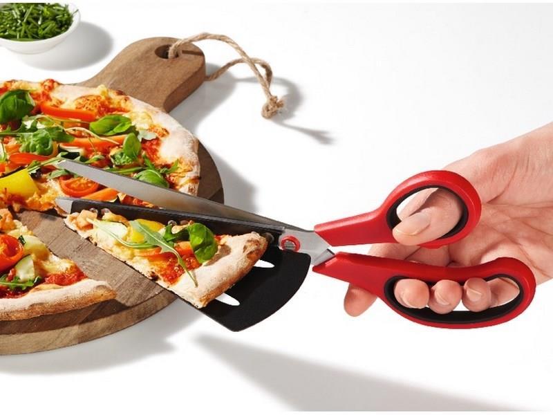 Forbici da pizza utilizzate nel taglio di una pizza