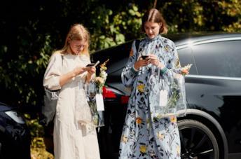 Due ragazze con abito bianco e a fiori