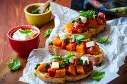 Bruschette con pomodorini, zucca, mozzarella e pesto
