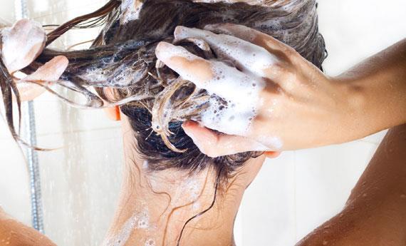 Donna sotto la doccia