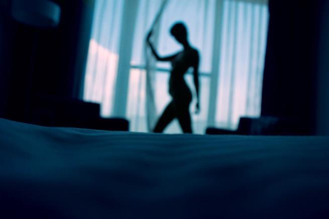 Camera da letto con una donna