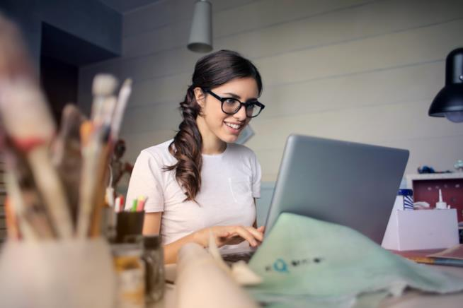 Una ragazza lavora con un laptop
