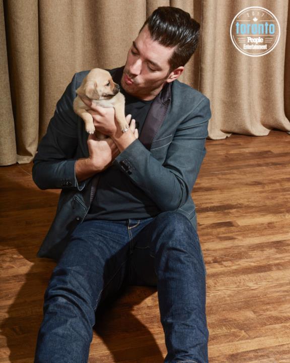 Jonathan Scott tiene un cucciolo in braccio