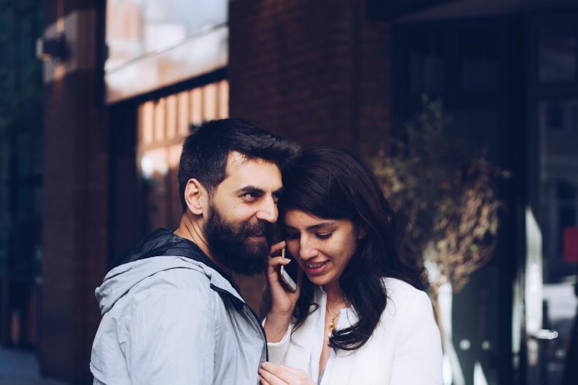 Uomo e donna al telefono