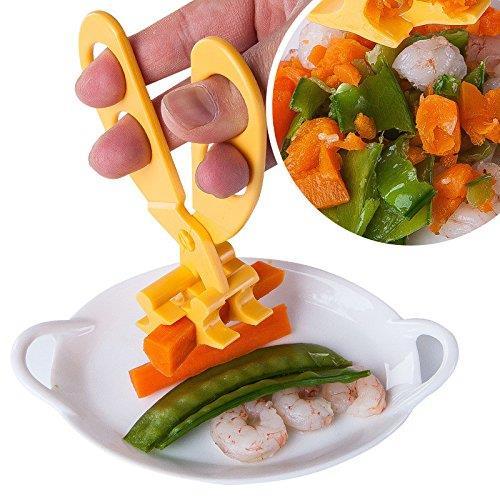 Le forbici mentre sono utilizzate per tritare verdure