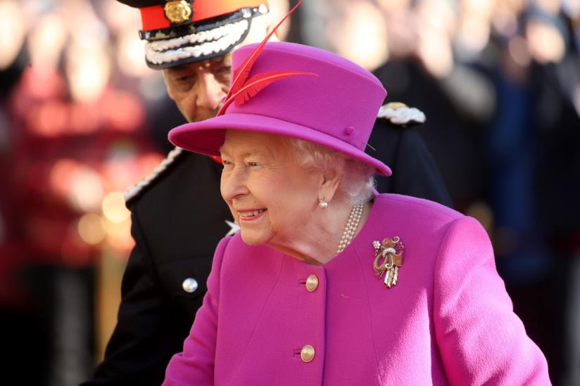 Regina Elisabetta vestita di rosa