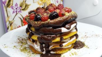 Dolce con cioccolato e frutti di bosco