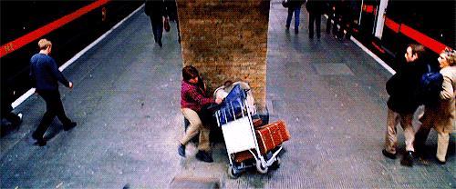 Harry e Ron si schiantano contro il muro del binario