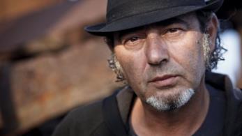 Primo piano di Luca Carboni con un cappello nero