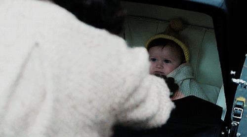 Brianna nella carrozzina si lascia aggiustare il cappellino dalla mamma
