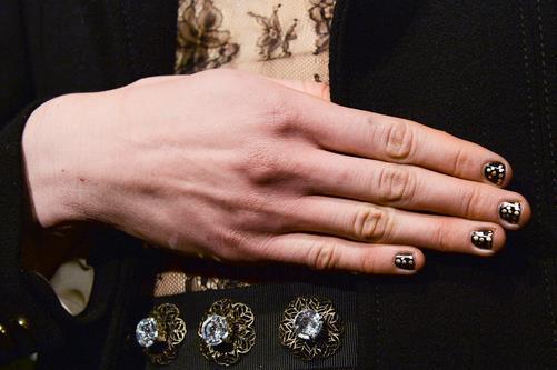 Nail art semplice su unghie corte