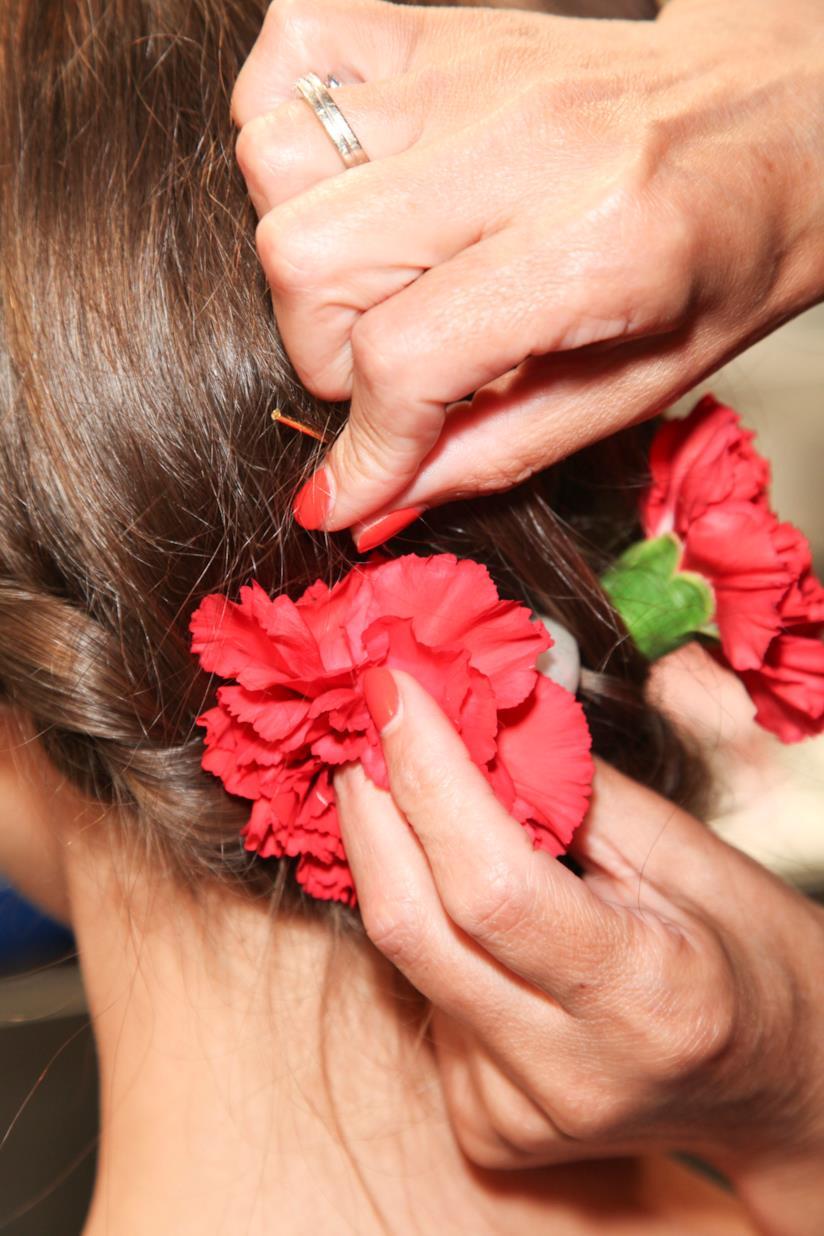 Retro di un'acconciatura con mollette di fiori