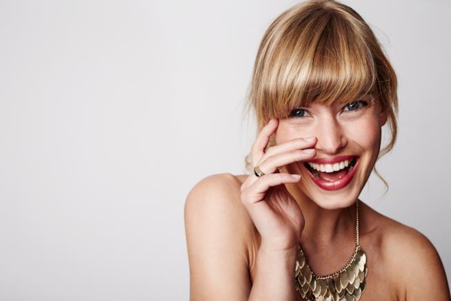 Primo piano di donna sorridente e felice