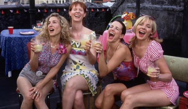 Carrie, Miranda, Charlotte e Samantha in un rooftop bar di New York in Sex And The City