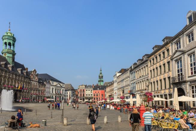 La bella atmosfera della Grand Place di Mons