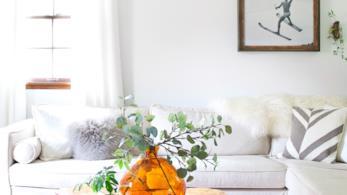 Tavolo di legno di fronte a un divano a L