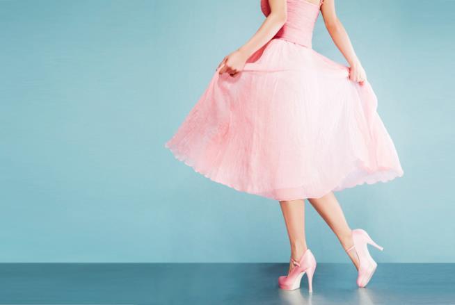 Ragazza in abito e scarpe rosa