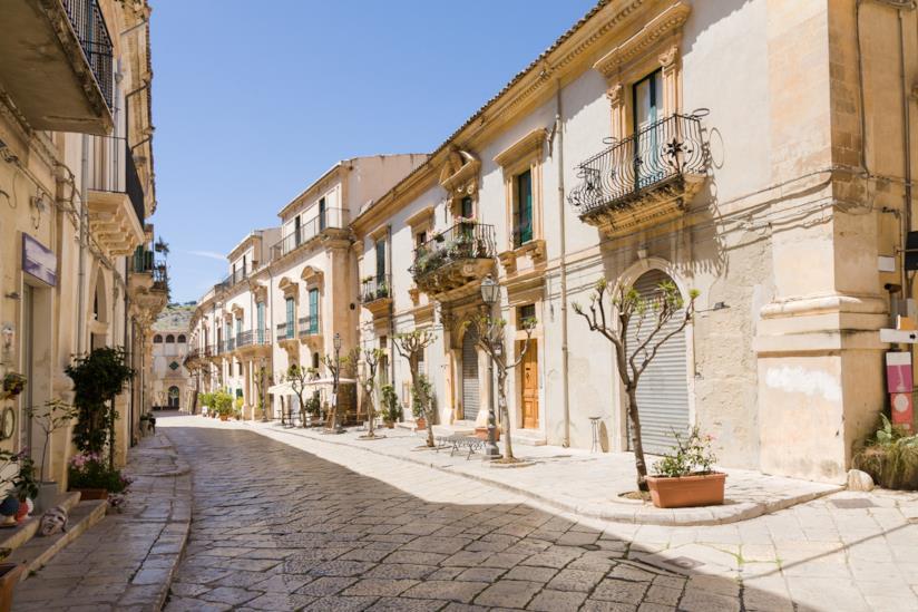 Strada di Scicli, Sicilia.
