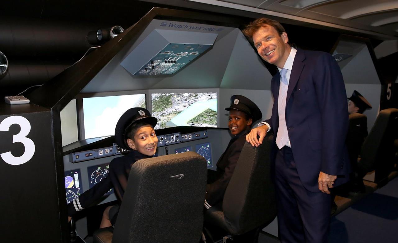 Bambini giocano a fare i piloti a KidZania