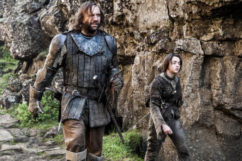 Arya Stark cammina lungo un sentiero