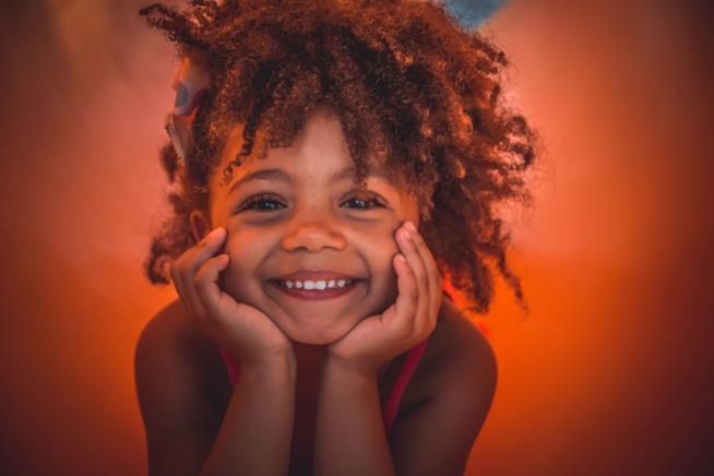 Primo piano di una bambina sorridente