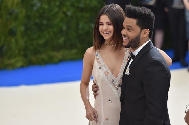 Un sorridente ritratto di coppia di Selena Gomez e The Weeknd