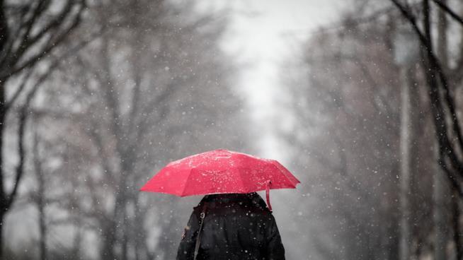 Un ombrello aperto sotto l'acqua.