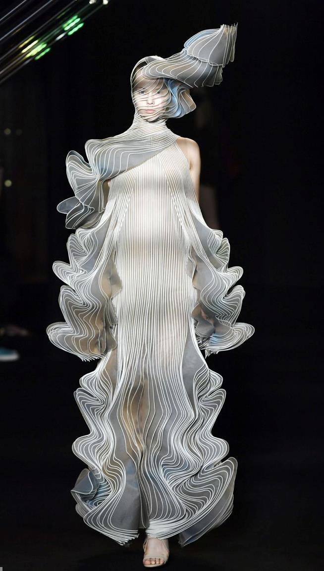 Iris van Herpen nella sfilata di Parigi Haute Couture
