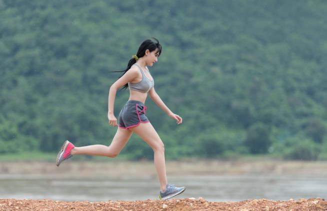 Una ragazza cammina a passo veloce