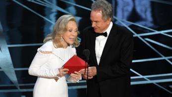 Faye Dunaway e Warren Beattyagli 89mi Oscar
