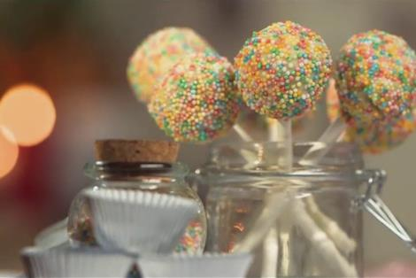 Due squisiti dolcetti: tartufi al cioccolato e cake pops